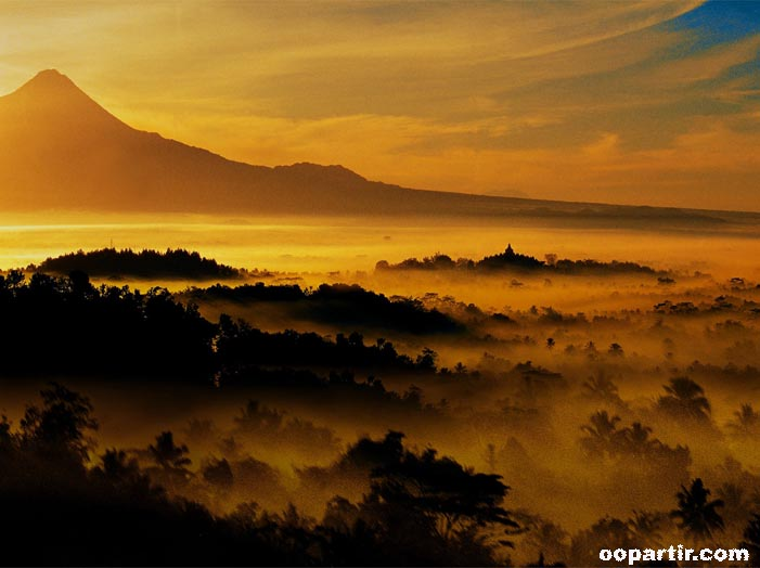Merapi Borobudur, Central Java © Indonesia.Travel